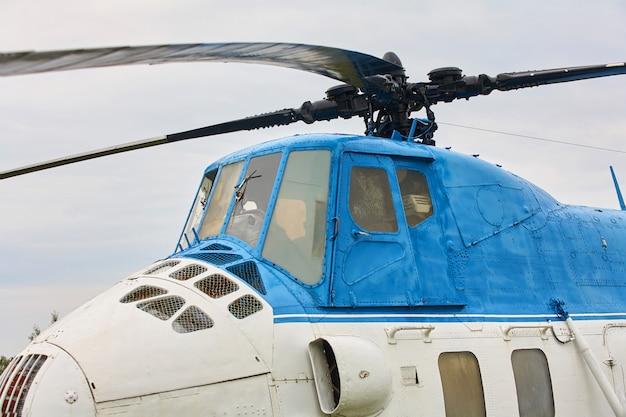 Um pequeno helicóptero branco com uma faixa azul