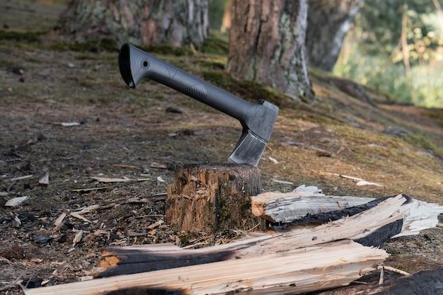 Um pequeno machado moderno se projeta em um toco
