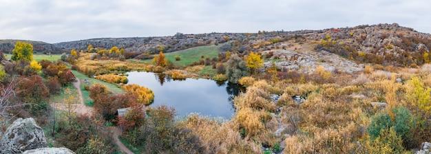 Um pequeno, pequeno e maravilhoso rio corre rápido no meio de prados verdes e rochas cinzentas na bela natureza das colinas dos cárpatos
