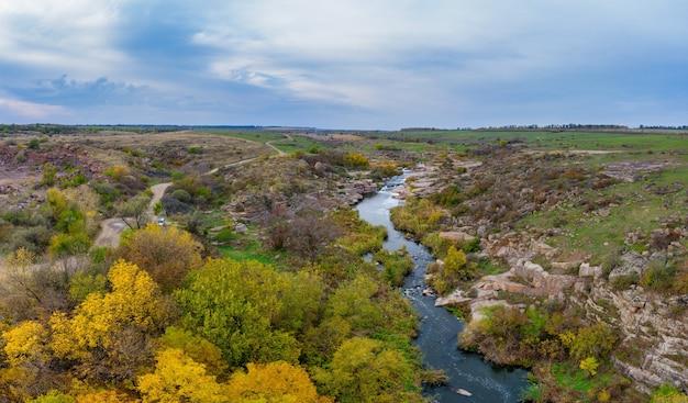 Um pequeno riacho kamenka no deserto à luz do entardecer na ucrânia