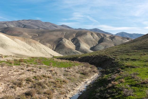 Um pequeno rio seco em uma área montanhosa de deserto