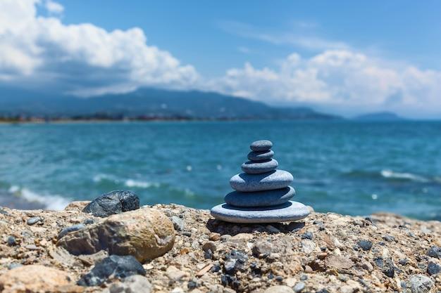 Um pequeno zen saído de uma pilha de pedras em uma rocha, equilíbrio de pedra
