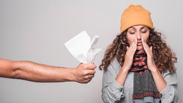 Um, pessoa, dar, tecido papel, para, doente, mulher, sofrimento, de, gripe