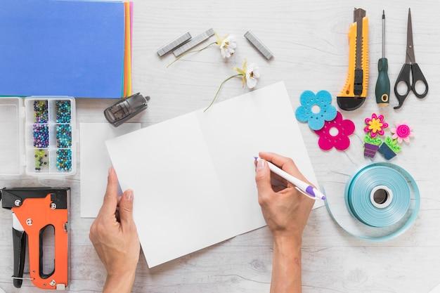 Um, pessoa, fazer, scrapbook, cartão cumprimento, com, elementos