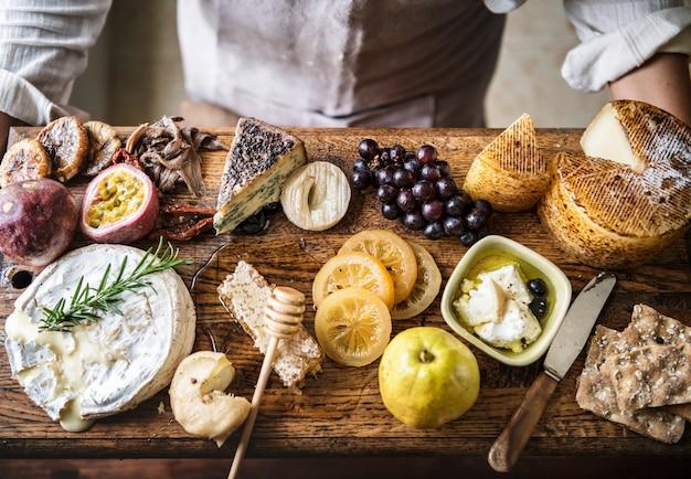 Um, pessoa, segurando, um, queijo, platter