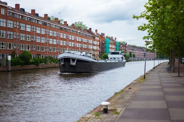 Um petroleiro transportando pelo rio da cidade.