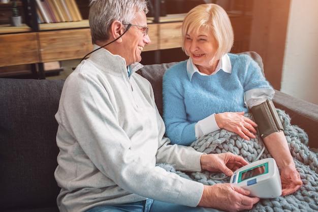 Um picutre de feliz e velho casal que gosta de ficar juntos. o woma
