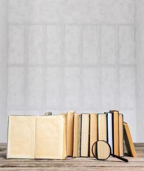 Um, pilha livros, ligado, tabela madeira