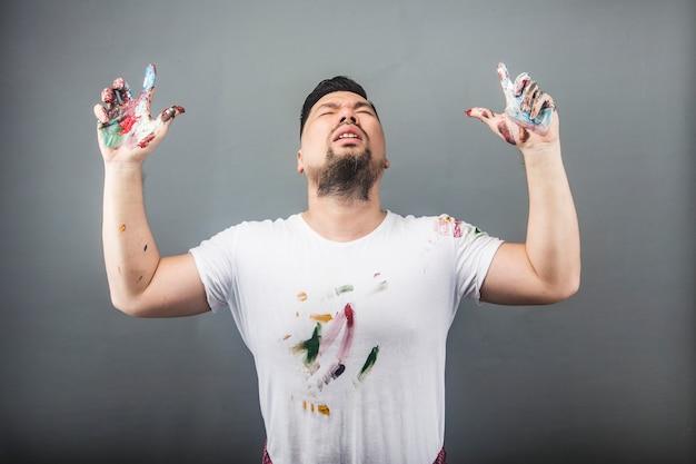 Um pintor masculino está à procura de inspiração