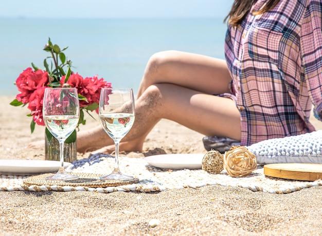 Um piquenique romântico na areia da praia. o conceito de férias de verão.