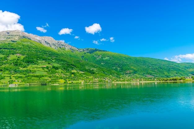 Um pitoresco lago de montanha está localizado em um vale entre as montanhas.