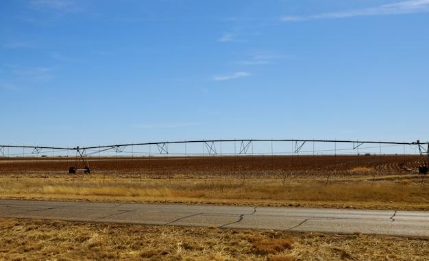 Um pivô de irrigação que rega um campo