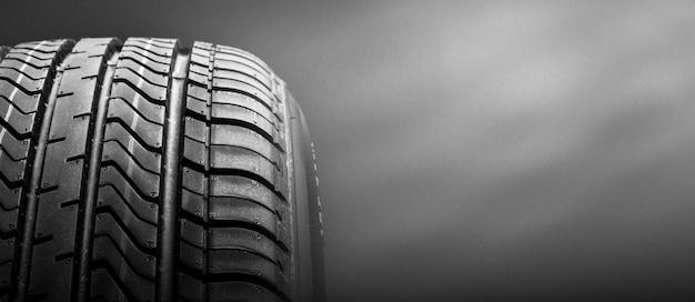 Um pneu de borracha de isolamento preto, sobre fundo preto