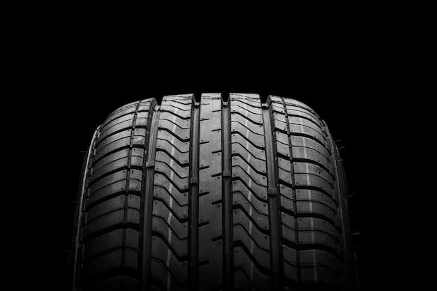 Um pneu preto de borracha de isolamento Foto Premium