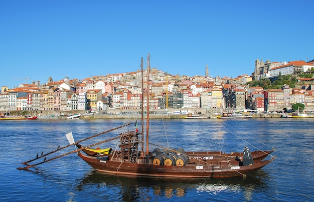 Um popular centro histórico turístico do rio douro porto
