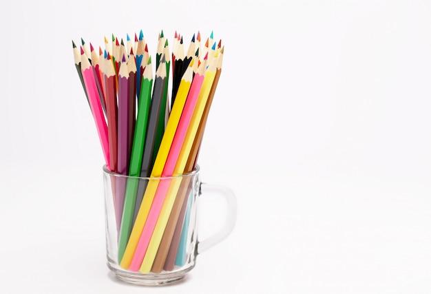 Um porta-lápis colorido de madeira em um porta-lápis