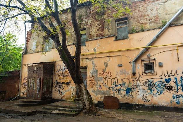 Um portal surrado. as paredes são pintadas por vândalos. uma atmosfera de opressão e depressão. lviv, ucrânia - 15/05/2019