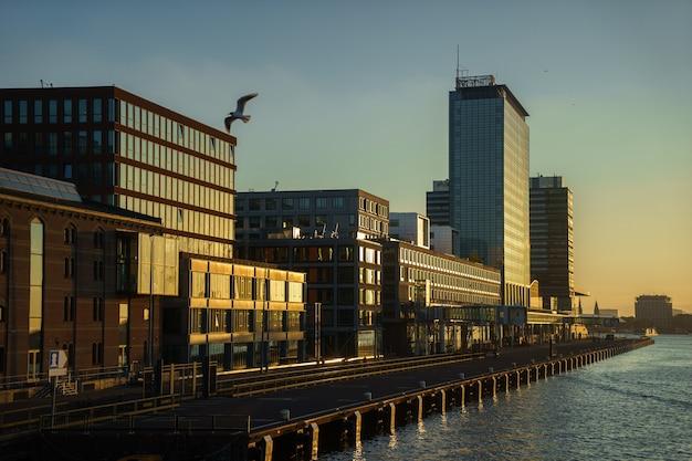 Um porto de cruzeiros vazio em amsterdã