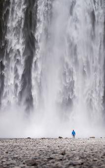 Um, posição homem, frente, a, skogafoss, cachoeiras, em, islândia