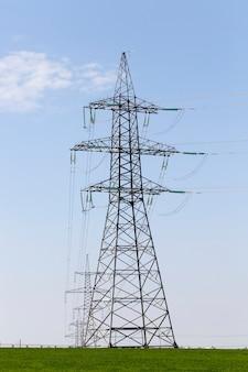 Um poste de metal para instalação de fios e transmissão de eletricidade para rádio-televisão