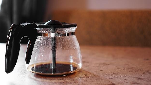Um pouco de café no fundo da cafeteira. lugar para texto. o conceito de manhã, vivacidade