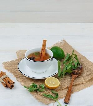 Um pouco de chá de ervas com frutas cítricas, ervas e especiarias em um pedaço de saco