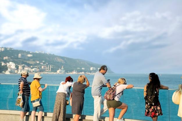 Um povo olhando para longe no mar ou oceano, horizonte deslumbrante