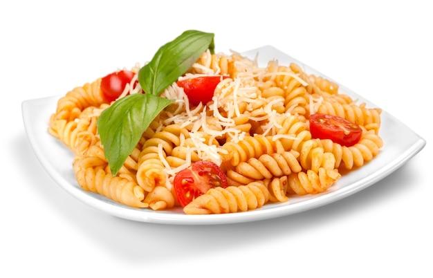 Um prato assado de fusilli ou espirais de macarrão, com tomate cereja, ricota e parmesão