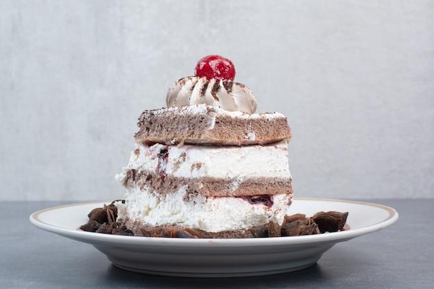 Um prato branco de pedaço de bolo e anis estrelado.