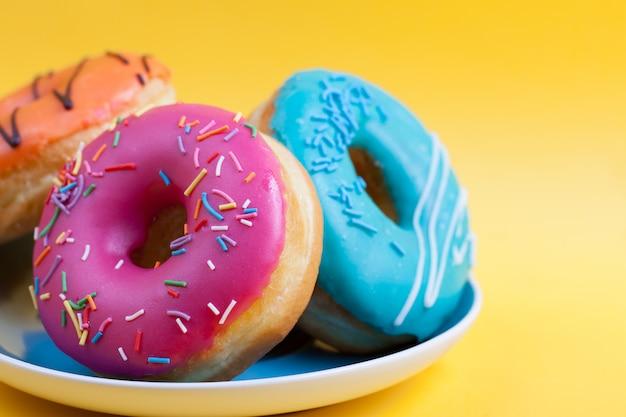 Um prato com donuts no esmalte.