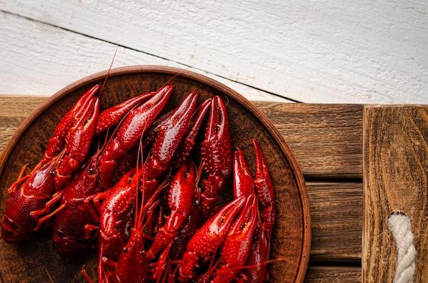 Um prato com lagostas no fundo de madeira branco.