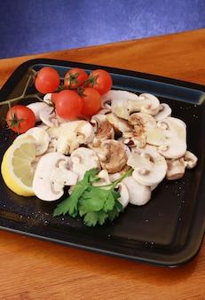 Um prato com rwa champignon e tomate