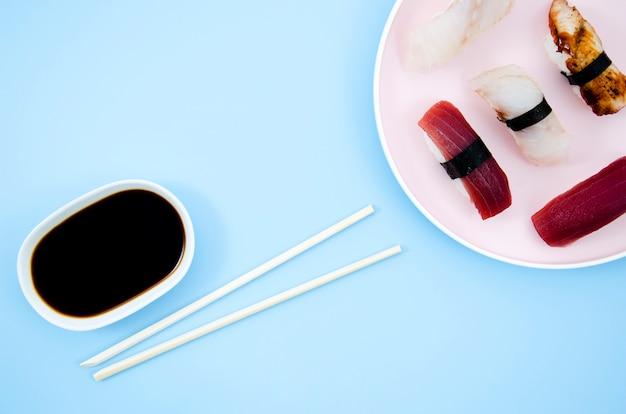 Um prato com sushi em um fundo azul
