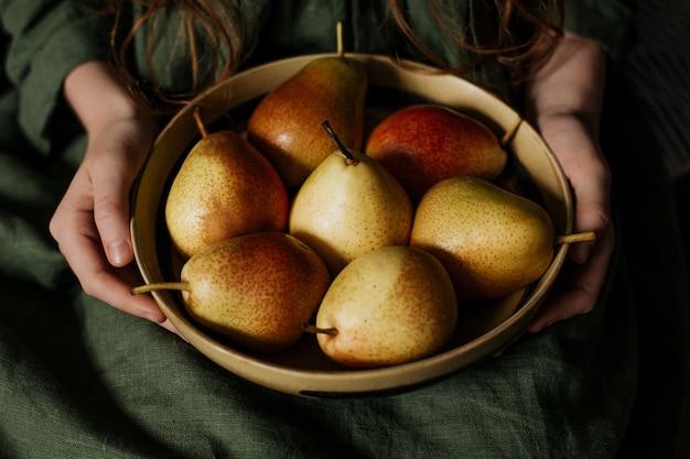Um prato com uma nova colheita de peras