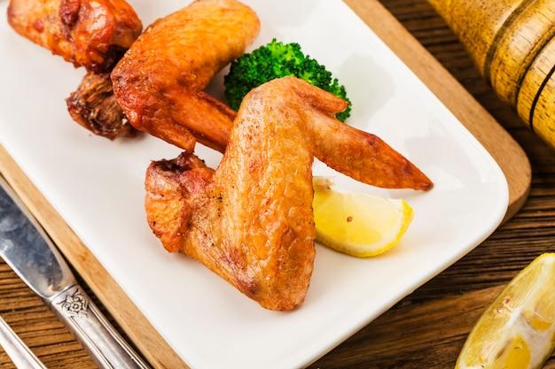 Um prato de asas de frango recém-assadas