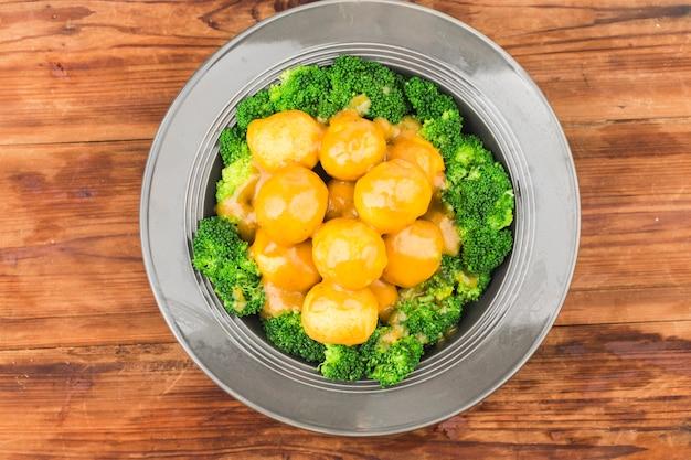 Um prato de bolinhos de curry