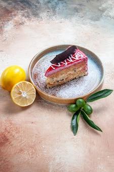 Um prato de bolo de bolo com chocolate e molhos de frutas cítricas