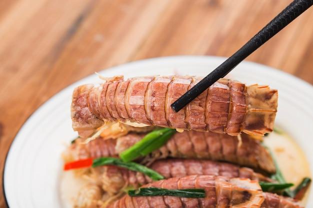 Um prato de camarão mantis frito
