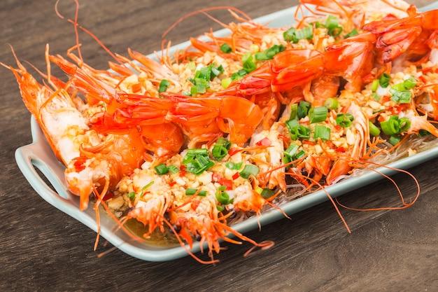 Um prato de camarões no vapor com alho