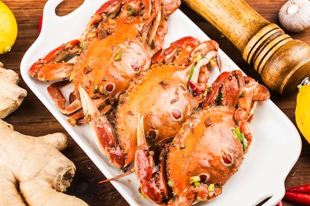 Um prato de caranguejo fresco de natação redspot