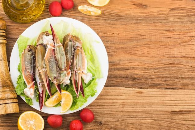 Um prato de garras de caranguejo frescas