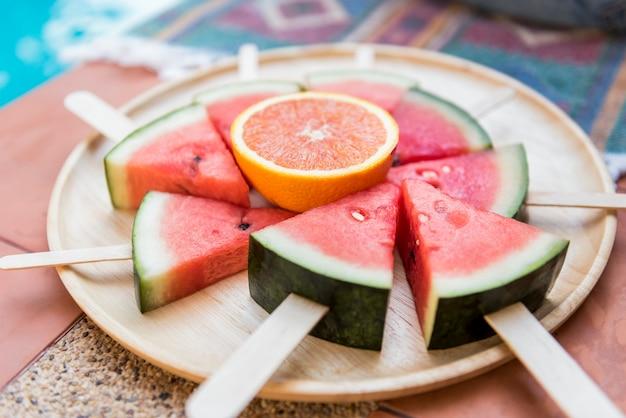 Um prato de melancias fatiadas
