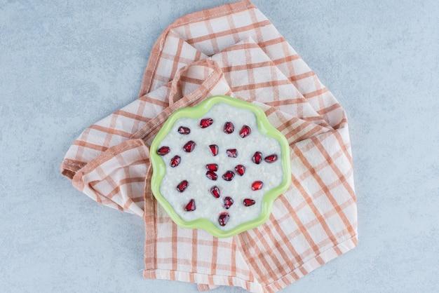 Um prato de mingau na toalha no mármore.