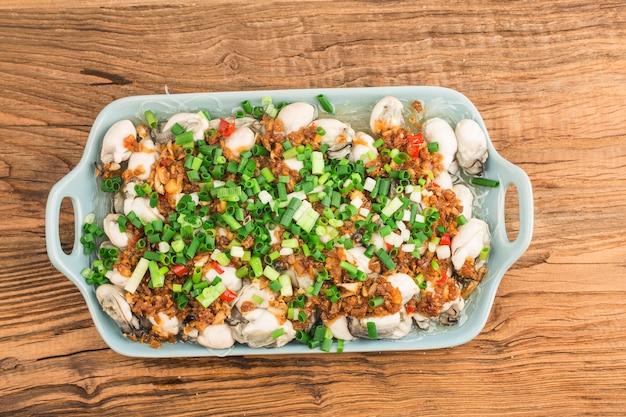 Um prato de ostras frescas cozidas no vapor com aletria