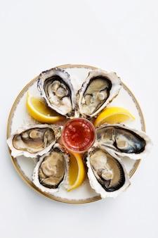 Um prato de ostras frescas orgânicas crus com sal marinho