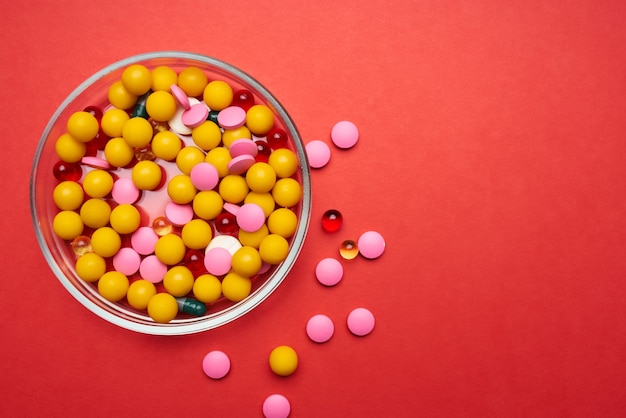 Um prato de pílulas, medicamentos, antibióticos, para cuidados de saúde