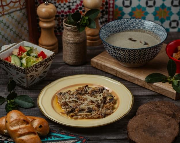 Um prato de turshu govurma caucasiano, carne refogada em seu próprio caldo de oliy