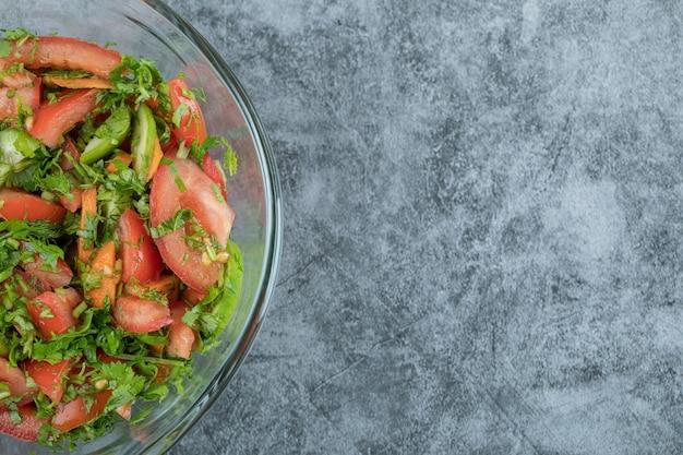 Um prato de vidro com uma deliciosa salada de vegetais.