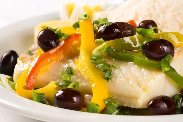 Um prato típico português com bacalhau chamado bacalhau do porto.