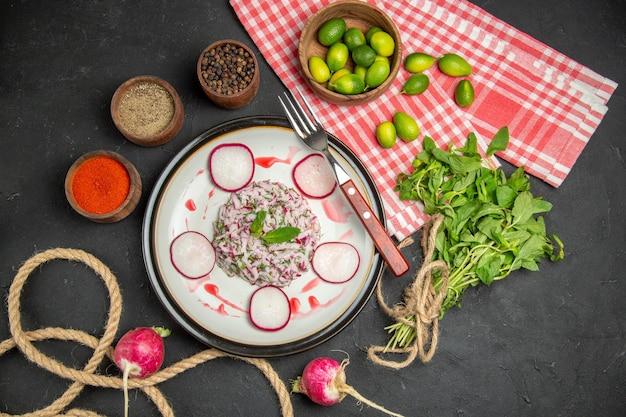 Um prato um prato de garfo avermelhado frutas cítricas especiarias verdes